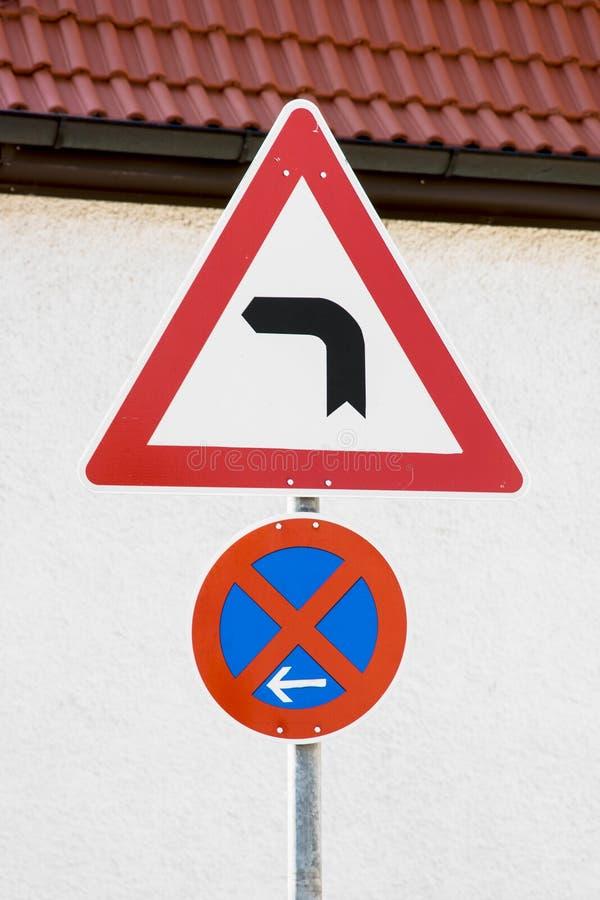 Verkehrsschild der linken Kurve lizenzfreie stockfotografie