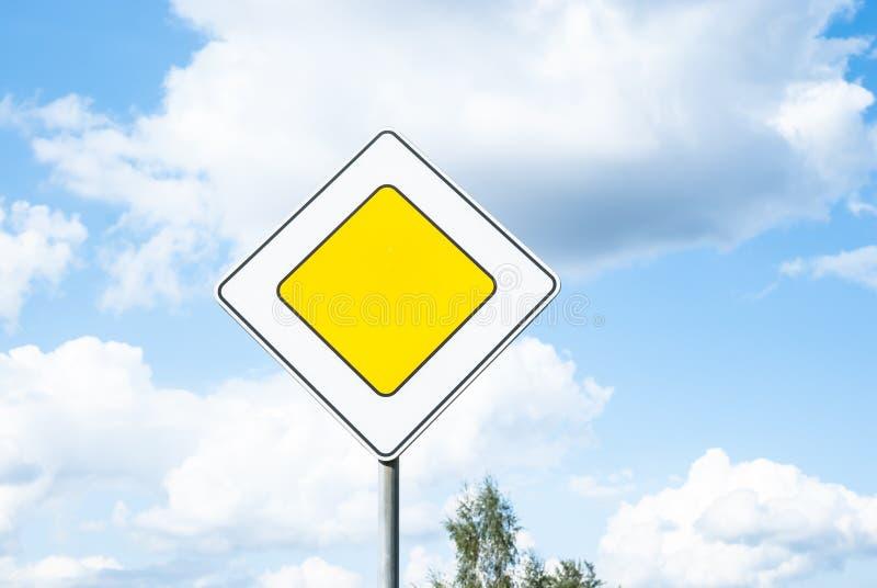 Verkehrsschild-Hauptleitungsstraßenverkehrspriorität gegen Hintergrund des blauen Himmels stockfoto