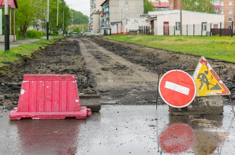 Verkehrsschild, Umweg, Stra?enreparatur auf dem Hintergrund der Stra?e stockbild