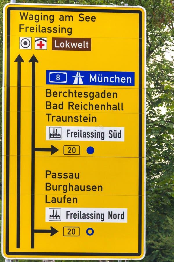 Verkehrsschild von Bewegungsrichtungen auf Autobahn anzeigend, nummerieren Sie acht lizenzfreies stockbild