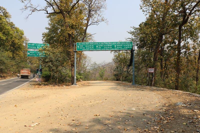 Verkehrsschildbrett installiert in Uttarakhand stockfoto