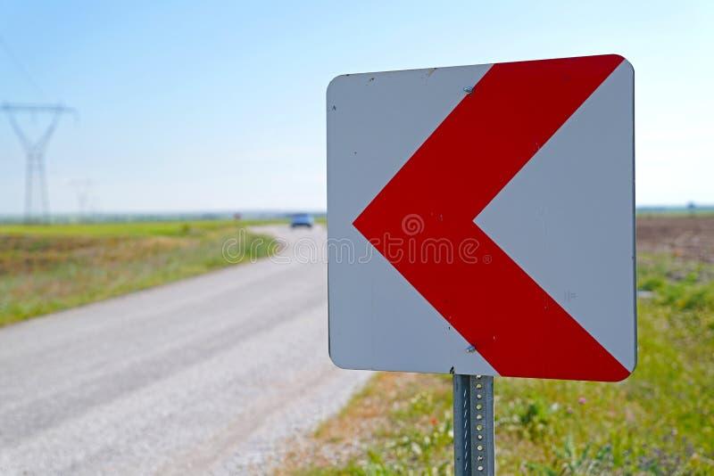 Verkehrsschilder, die Treiber über voran gefährliche Kurve und blurr warnen lizenzfreie stockfotos