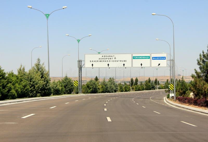 Verkehrsschilder gegen klaren blauen Himmel ashgabat lizenzfreies stockbild