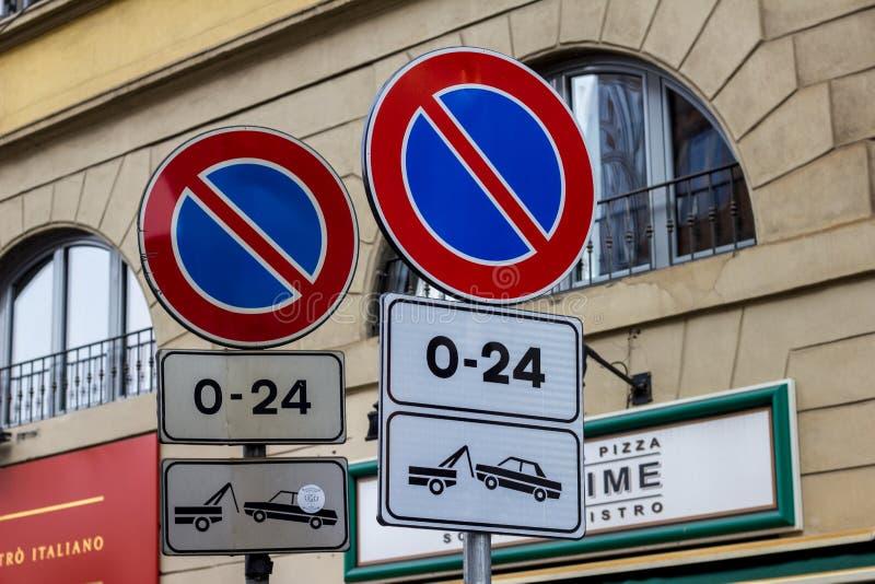 Verkehrsschilder ohne Parken mit Abbau des Fahrzeugs stockbilder
