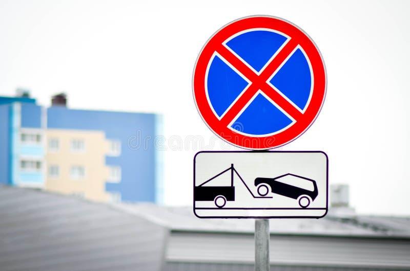Verkehrsschilder Parkverbot und Evakuierung von Fahrzeugen stockbild