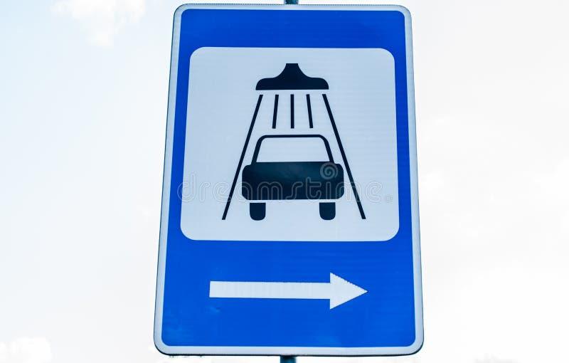 Verkehrsschildreinigungs- und -reinigungsautos stockfotos