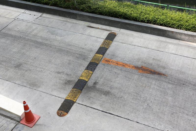 Verkehrssicherheitsbremsschwelle auf einer Asphaltstra?e lizenzfreies stockbild