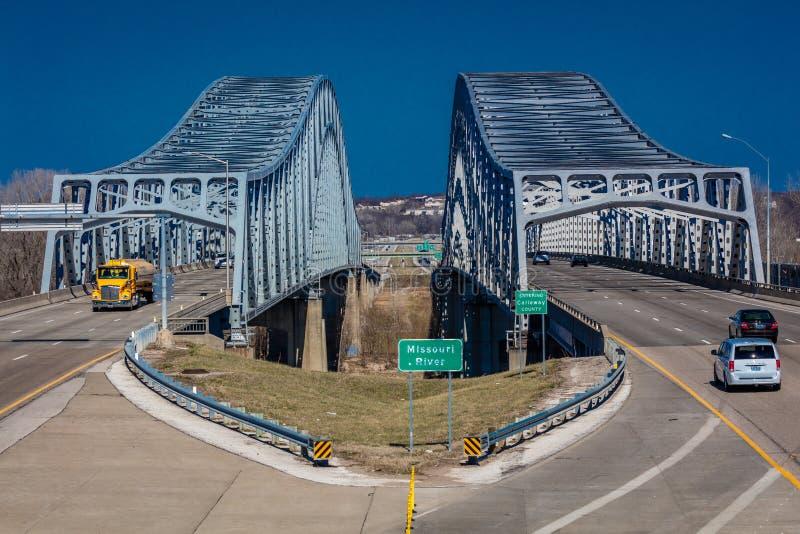 Verkehrsströme von Jefferson City Missouri über dem Missouri auf U S 54/63 - Der Missouri-Brücke stockbild
