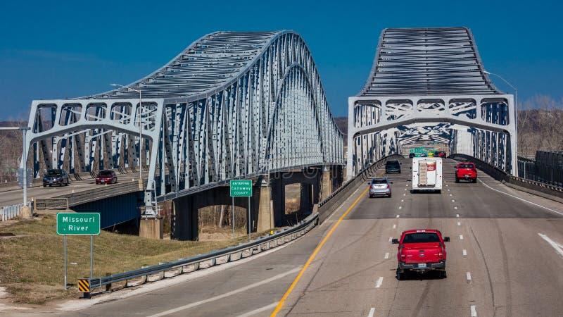 Verkehrsströme von Jefferson City Missouri über dem Missouri auf U S 54/63 - Der Missouri-Brücke stockfotos