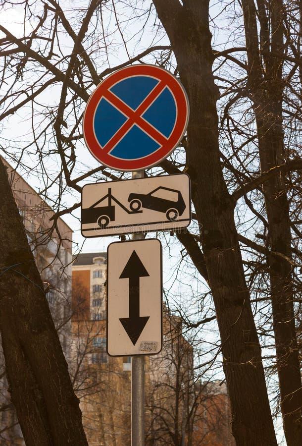 VerkehrsVerkehrsschild Parkverbot mit Richtung des Zeichens Evakuierung auf Abschleppwagen lizenzfreies stockbild