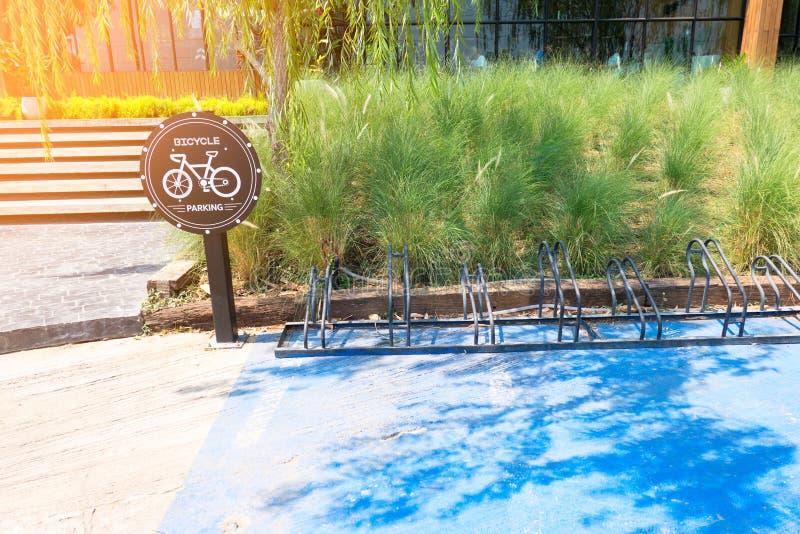 Verkehrszeichen über Fahrradparken im park Fahrrad-Parkzeichen stockfotografie
