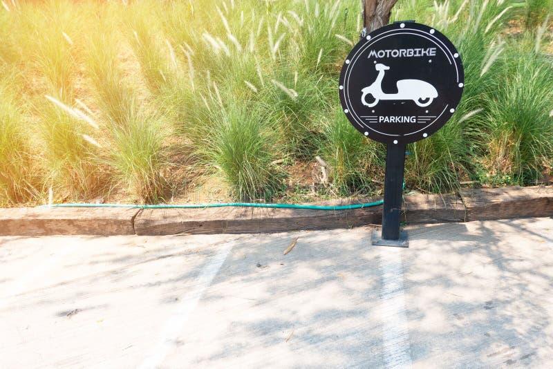 Verkehrszeichen über Motorradparken im park Motorradparkzeichen stockbild