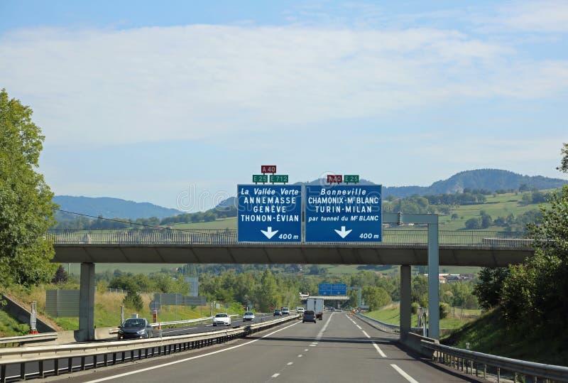 Verkehrszeichen auf der Autobahn in Frankreich lizenzfreies stockbild
