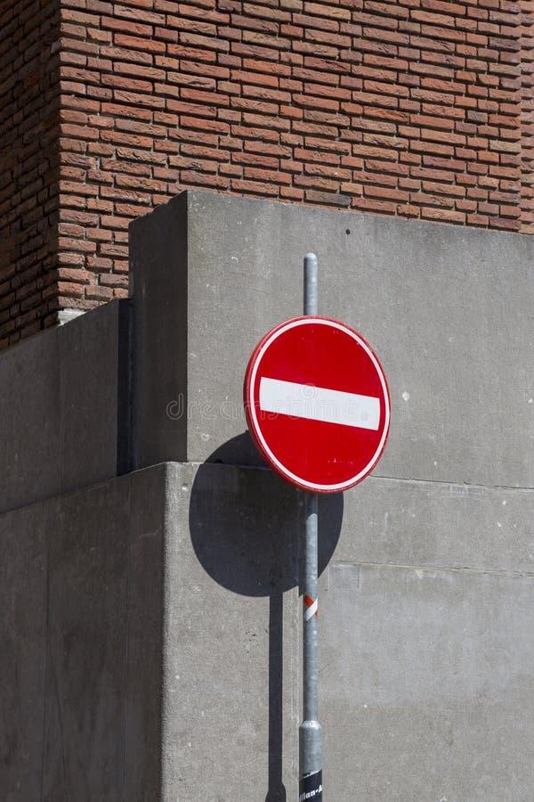 Verkehrszeichen Eingang verboten vor dem hintergrund einer Betonmauer lizenzfreies stockbild