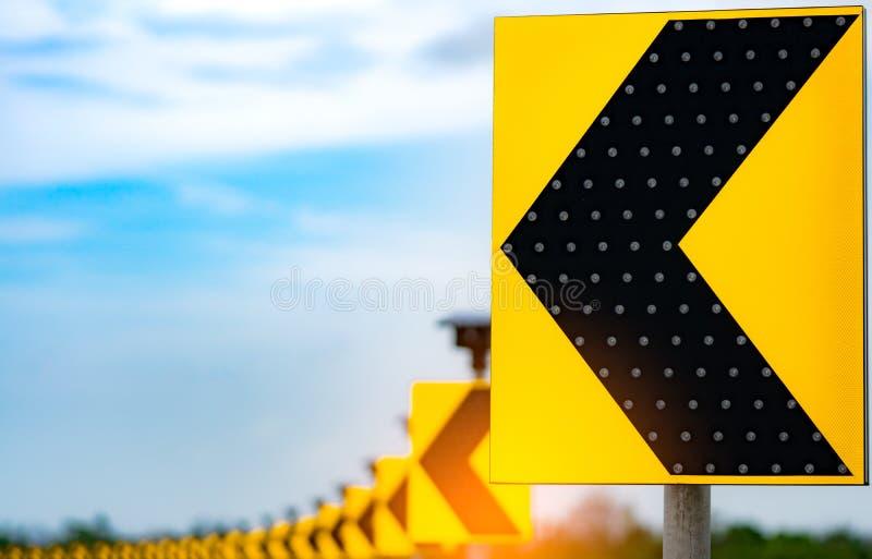 Verkehrszeichen mit Solarzellengremiumsmacht auf Hintergrund des blauen Himmels und der Wolken Elektrischer Pfosten mit Solarener stockfotografie