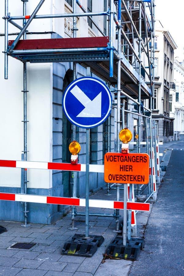 Verkehrszeichen und Fußgängerwarnung Baustellewarnung für Fußgänger Sicherheitswarnung auf Baustelle lizenzfreie stockfotos