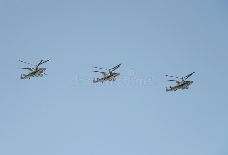 Verkenning en aanvalshelikopter Ka-52 ` krokodille` bij de repetitie van de Overwinning paradeert in Moskou royalty-vrije stock afbeelding