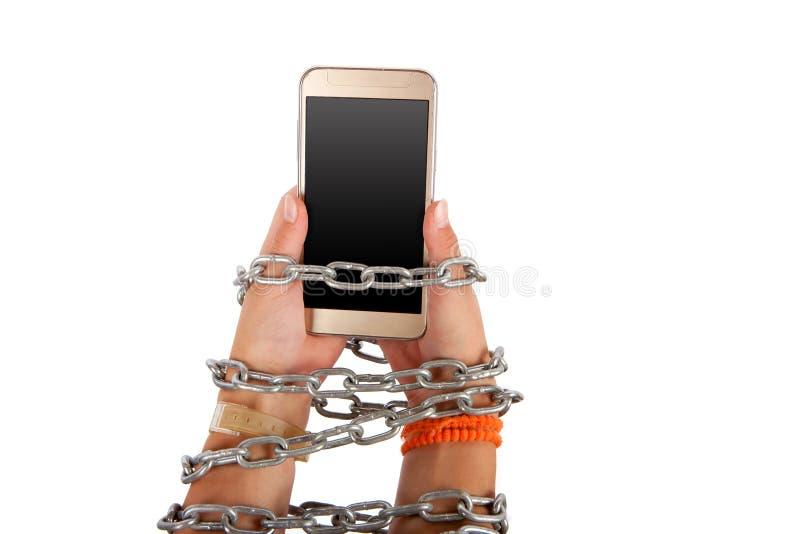 Verkettete Hände, die einen Smartphone halten lizenzfreies stockbild