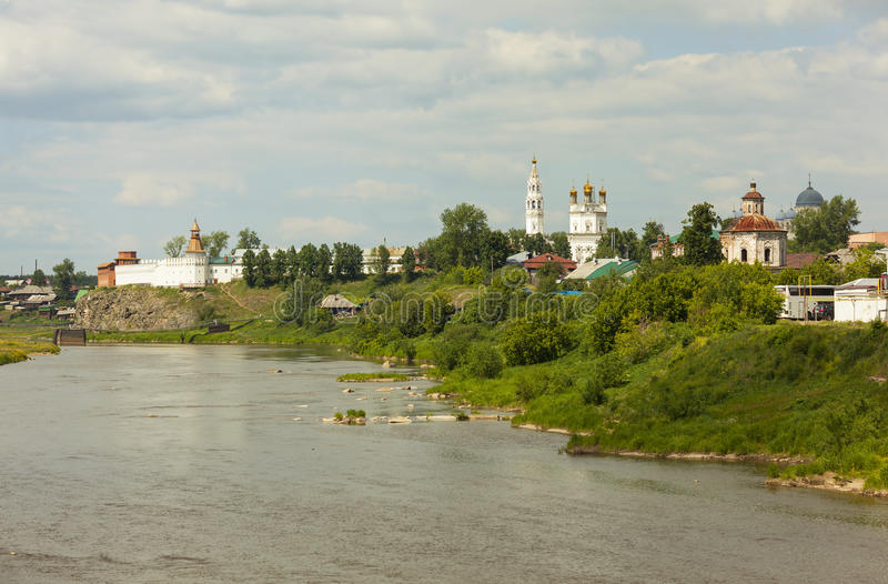 Verkhotursky Kremlin na bankach Rzeczna wycieczka turysyczna Verkhoturye Rosja zdjęcie stock