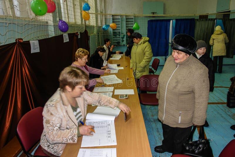 Verkiezingsdag in het dorp van Kaluga-gebied van Rusland royalty-vrije stock fotografie