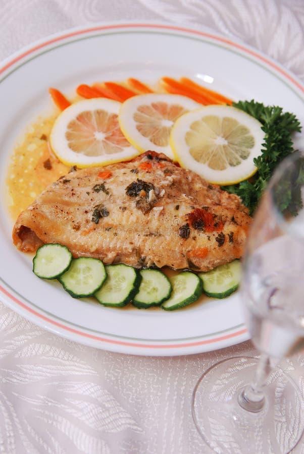 Verkleidung der Fische und des Salats stockfotografie
