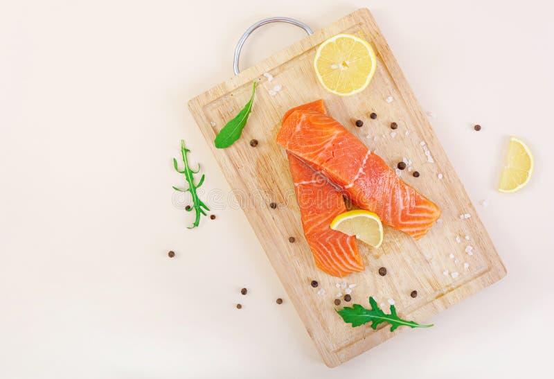 Verkleidung der roten Fische Frische Lachsverkleidung Beschneidungspfad eingeschlossen lizenzfreie stockfotos