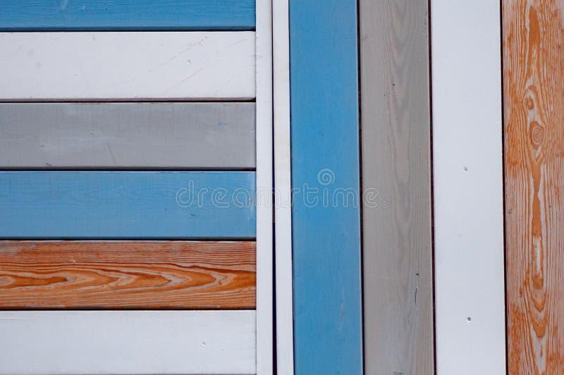 Verkleurende en kleurrijke houten wand Witte grijze rode en blauwe panelen royalty-vrije stock afbeelding