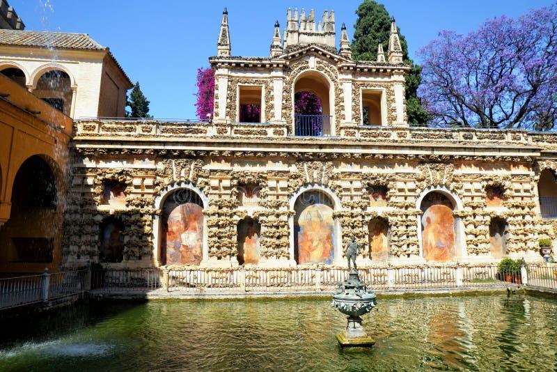Verklig Alcazar i Sevilla royaltyfria foton