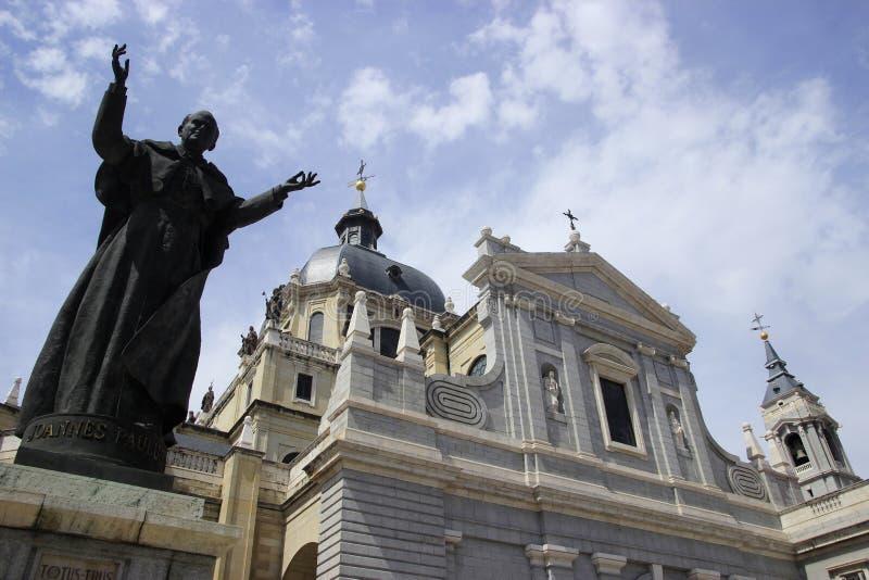 Verklig Basilika de San Francisco el Grande och en staty av påve i Madrid royaltyfri fotografi