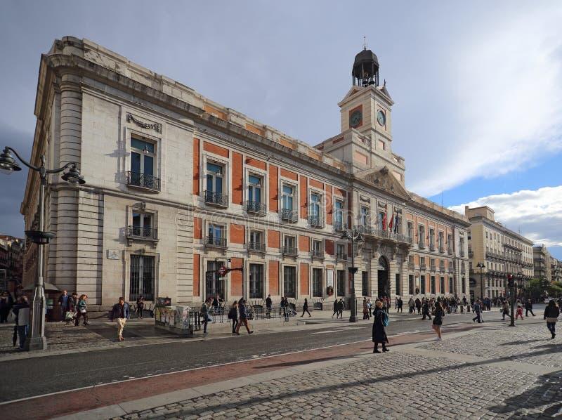 Verklig Casa de Correos Kunglig person stolpe - kontor på Puerta del Sol, Madrid, Spanien Denna byggnad är på Met royaltyfri bild