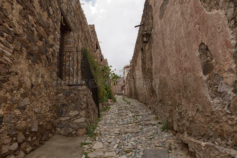 Verklig de Catorce Mexico smal kullerstengata royaltyfri fotografi