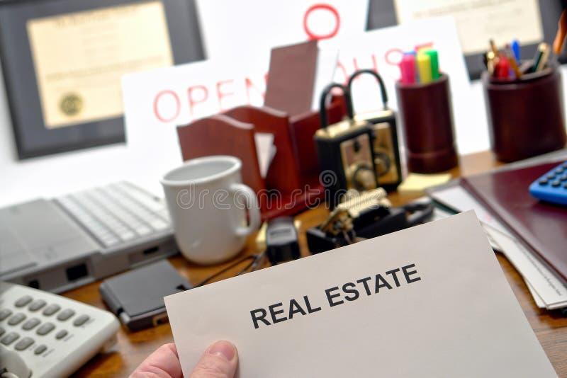 verklig fastighetsmäklare för skrivbordförlagegods arkivbilder