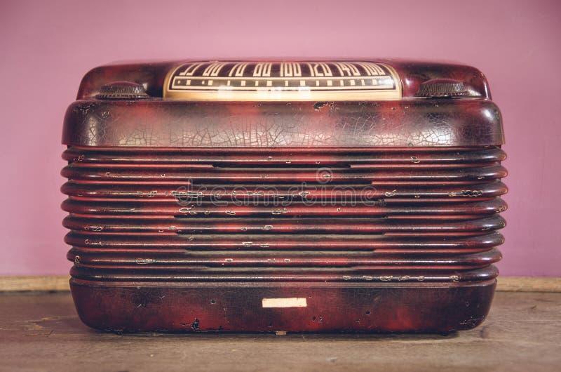Verklig gammal tappningradio med rosa färgrik bakgrund arkivbild