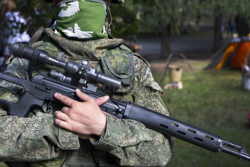 Verklig modern soldat av ryssarmén i likformign fotografering för bildbyråer