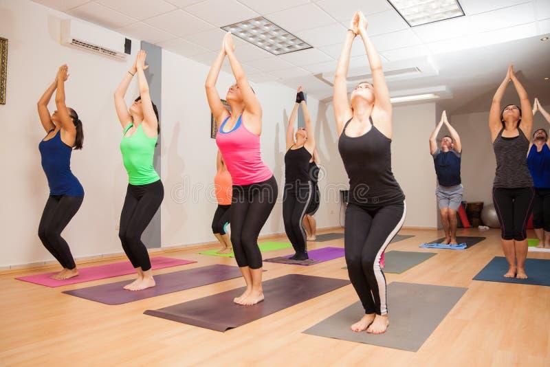Verklig pågående yogagrupp fotografering för bildbyråer