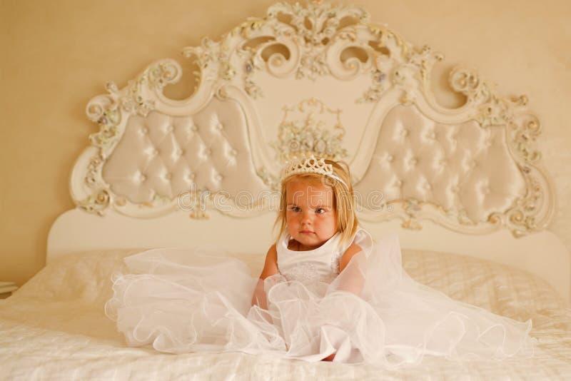 verklig princess accessory hårhårnålwhite Liten flickakläderkrona och frisyr Litet barn med långt blont hår Litet blont royaltyfri foto
