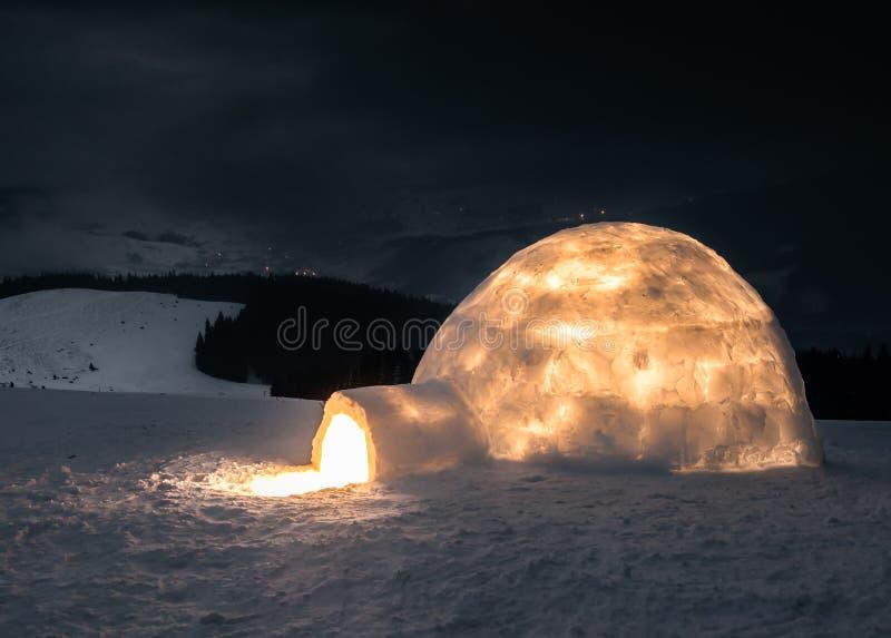 Verklig snöigloo med ljus fotografering för bildbyråer