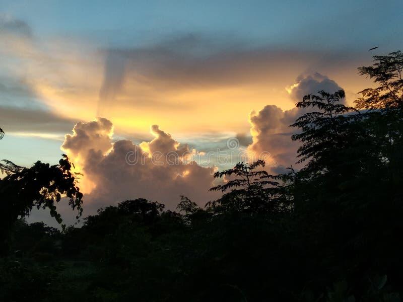 Verklig solnedgång i en by arkivfoton