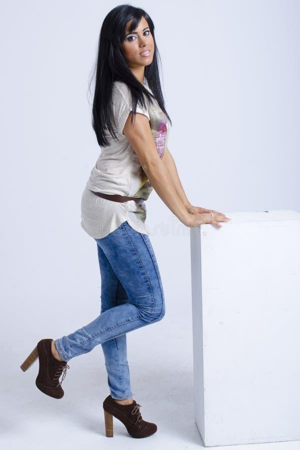 Verklig ung kvinna för brunett arkivfoto