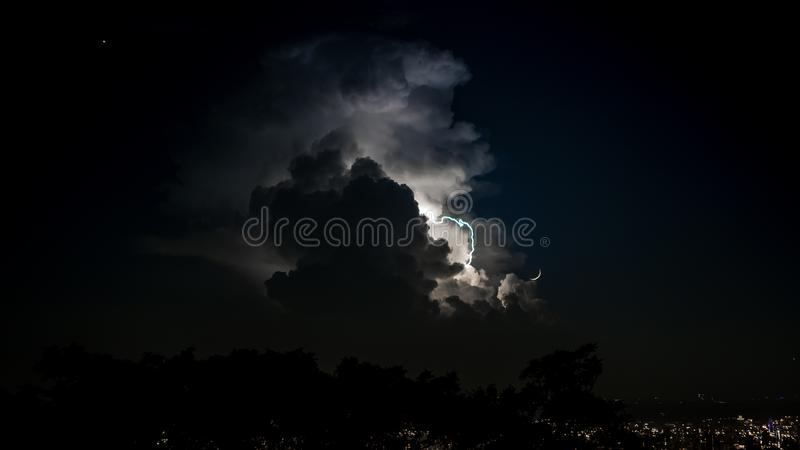 Verkliga blixtar i himlen på natten Spektakulära moln för elektrisk storm arkivbilder