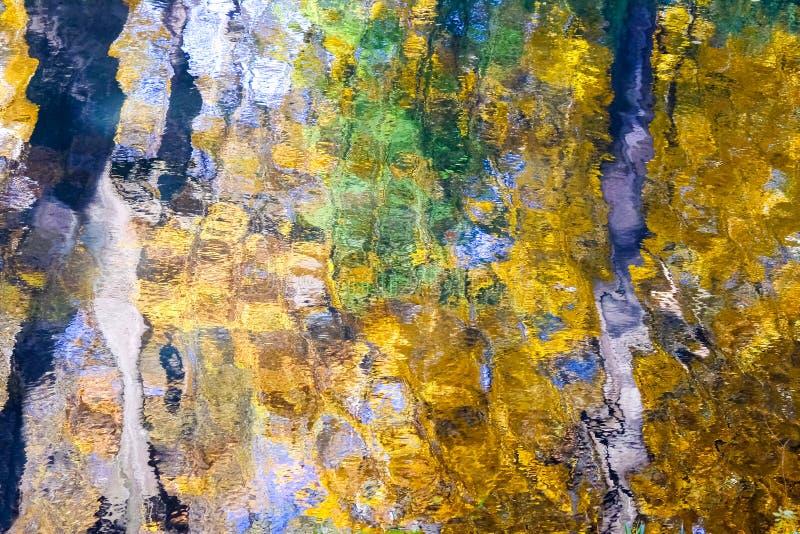 Verkliga härliga höstreflexioner i vattnet, i impressionismstilen Höst på en solig dag i guld- signaler med royaltyfri fotografi