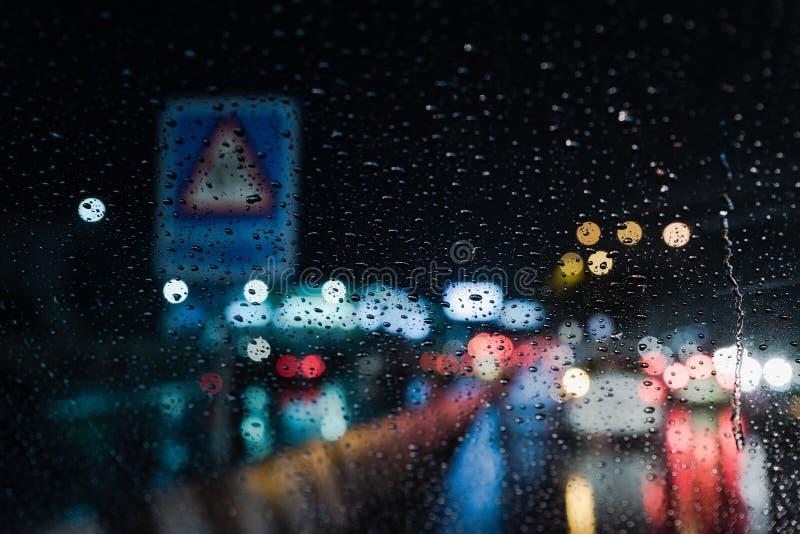 Verkliga livetplats på regn från bilvindrutan arkivfoton