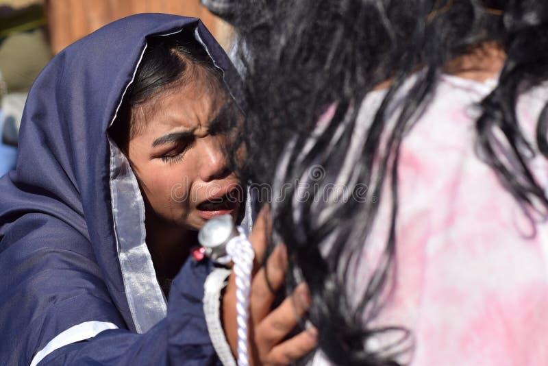 Verkliga revor sänder ut från ögonen av ett kvinnakänslamedlidande till Jesus Christ, gatadramat, gemenskap firar att föreställa  royaltyfria foton