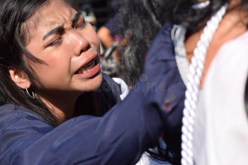 Verkliga revor sänder ut från ögonen av ett kvinnakänslamedlidande till Jesus Christ, gatadramat, gemenskap firar att föreställa  fotografering för bildbyråer