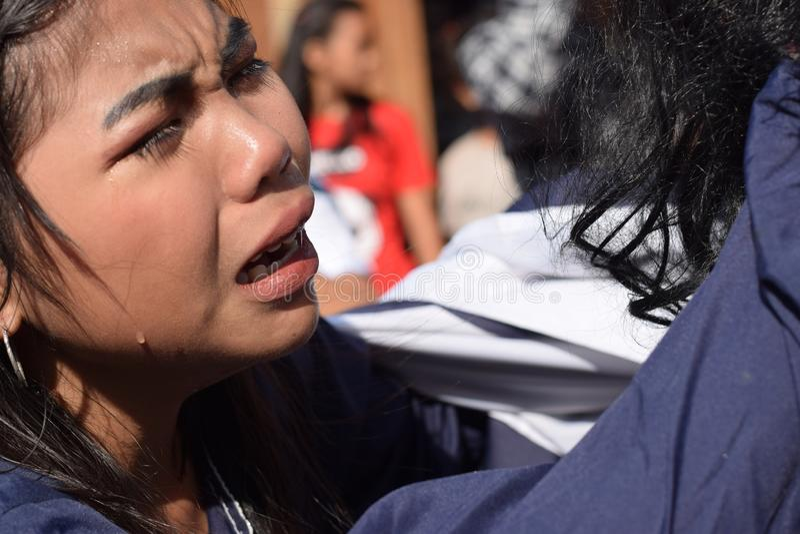 Verkliga revor sänder ut från ögonen av ett kvinnakänslamedlidande till Jesus Christ, gatadramat, gemenskap firar att föreställa  arkivbild