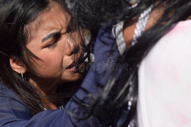 Verkliga revor sänder ut från ögonen av ett kvinnakänslamedlidande till Jesus Christ, gatadramat, gemenskap firar att föreställa  royaltyfri bild