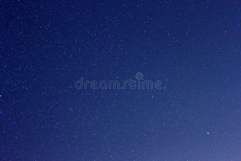 Verkliga stjärnor i nattskyen arkivbilder