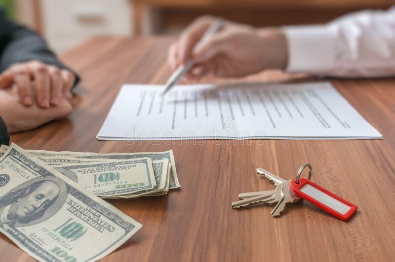 verkligt begreppsgods Fastighetsmäklaremedel som erbjuder avtalet ska underteckna royaltyfri bild