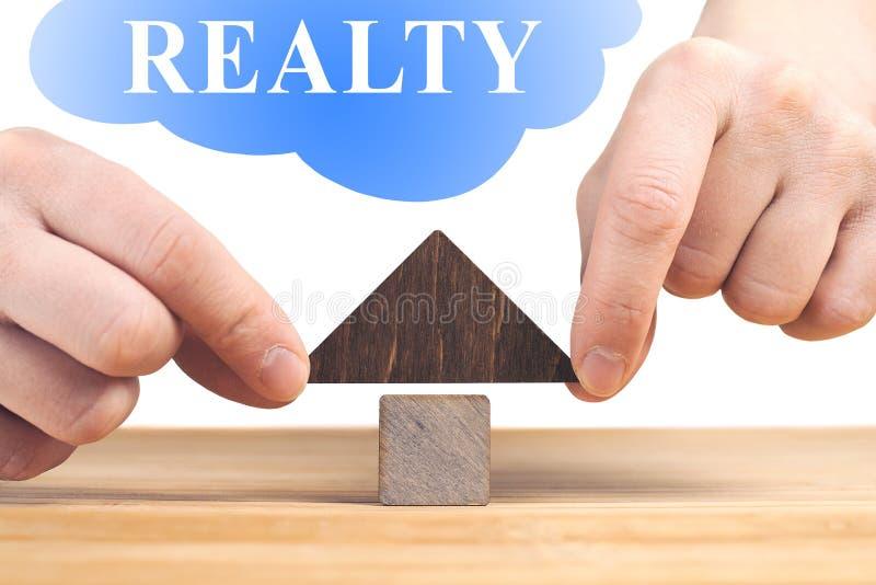 verkligt begreppsgods Tr?husmodell p? tr?tabellen, vit bakgrund fotografering för bildbyråer