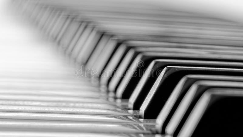Verkligt elfenben stämt piano royaltyfri bild